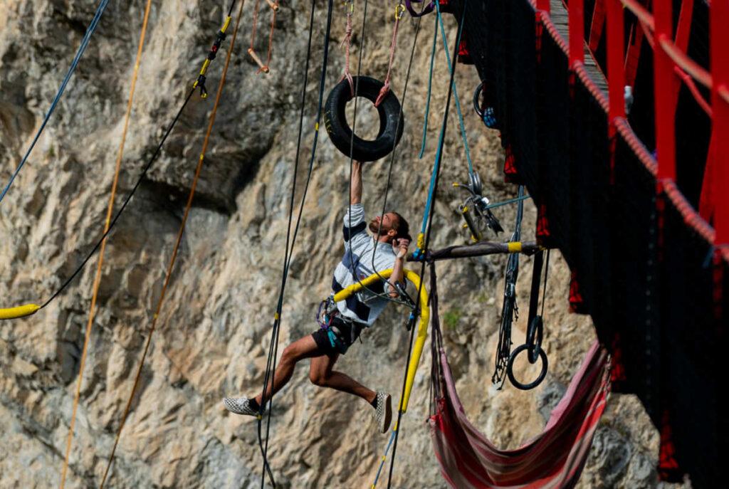 highline pedulum rope jump