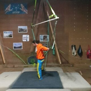 What would you call this thing?? @timodermatt , @arne_lauwers and @samuelvolery are going for the spin... Quite a challenge to have the line moving to all sides!  . . #balance #spinning #slackline #slacklife #slackrope #balancetraining #crazychallenge #skillz