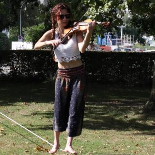@slacklineviolinist giving a concert on the new whiteLightning slackline. She clearly seems to enjoy playing the violin on the line. And we definitely enjoy listening to her! Thanks for the music in our ears, we hope for many more concerts in future :D  #slackline #violin #violinist #musicperformance #balance #slacklife #concertinnature